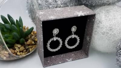 Zakochać sie w subtelny sposob w biżuterii.
